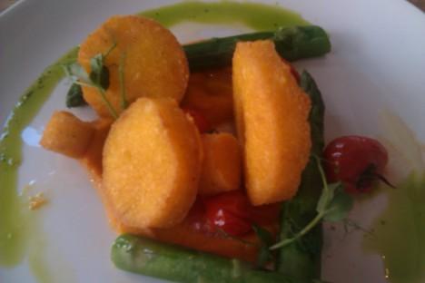 Polenta met puree van zoete aardappel en groene asperges